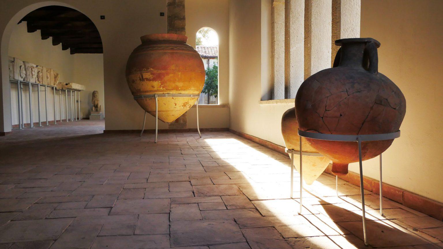 Objekte brenda Muzeut Arkeologjik në Apolloni, foto nga IntoAlbania.