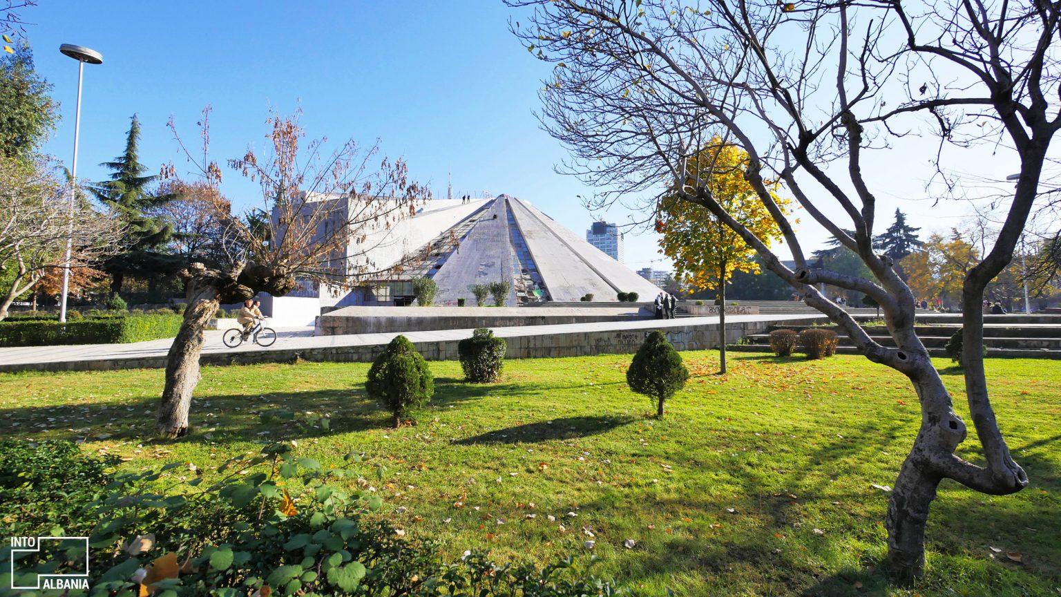 Piramida, Tiranë, foto nga  IntoAlbania