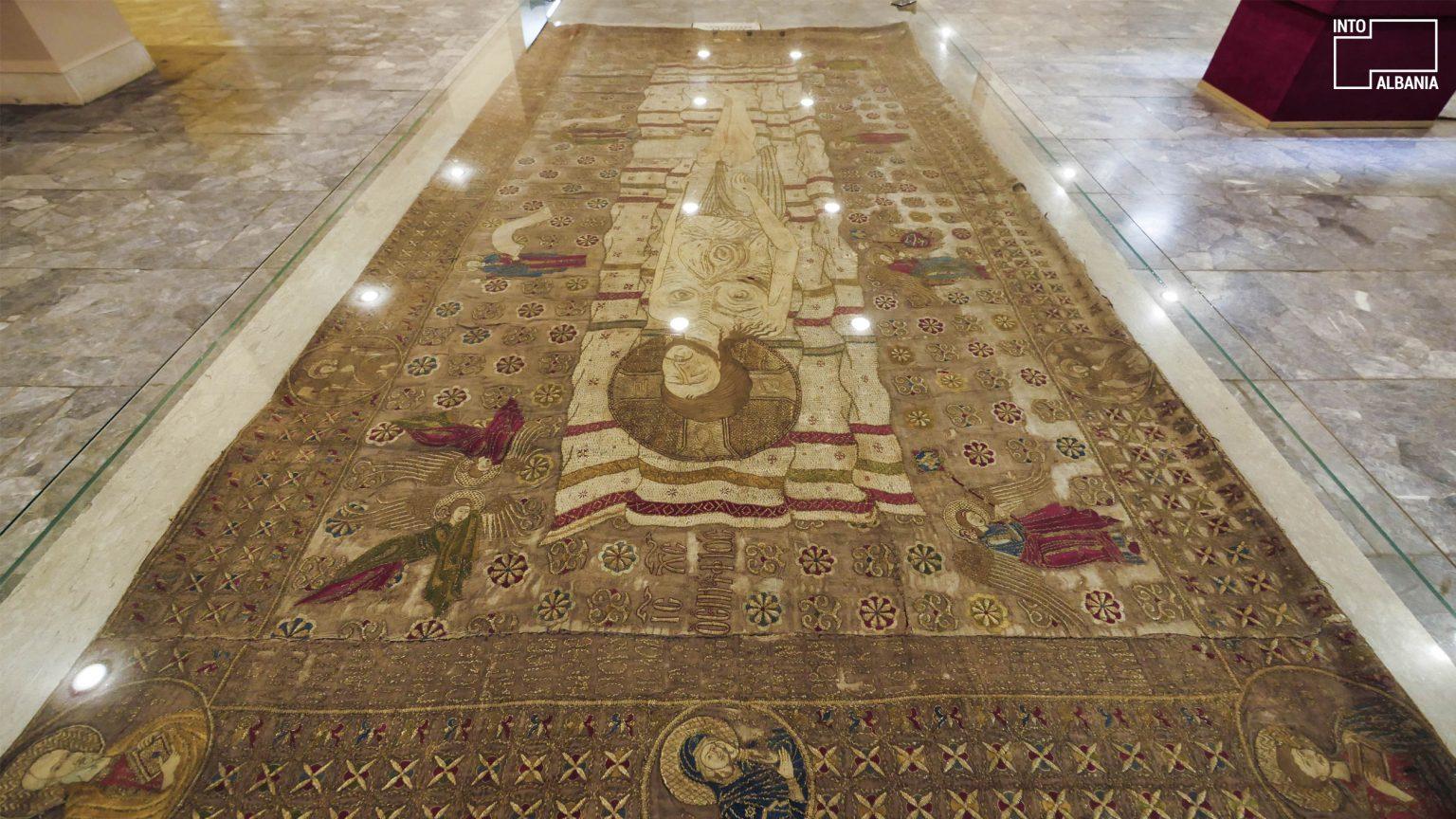 Epitafi i Gllavenicës, Muzeu Historik Kombëtar, Tiranë, foto nga  IntoAlbania.