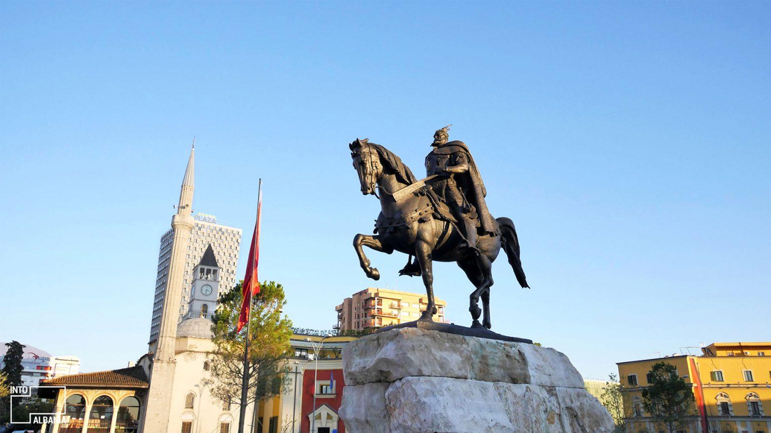 Statuja e Skëndërbeut, Tiranë, foto nga IntoAlbania