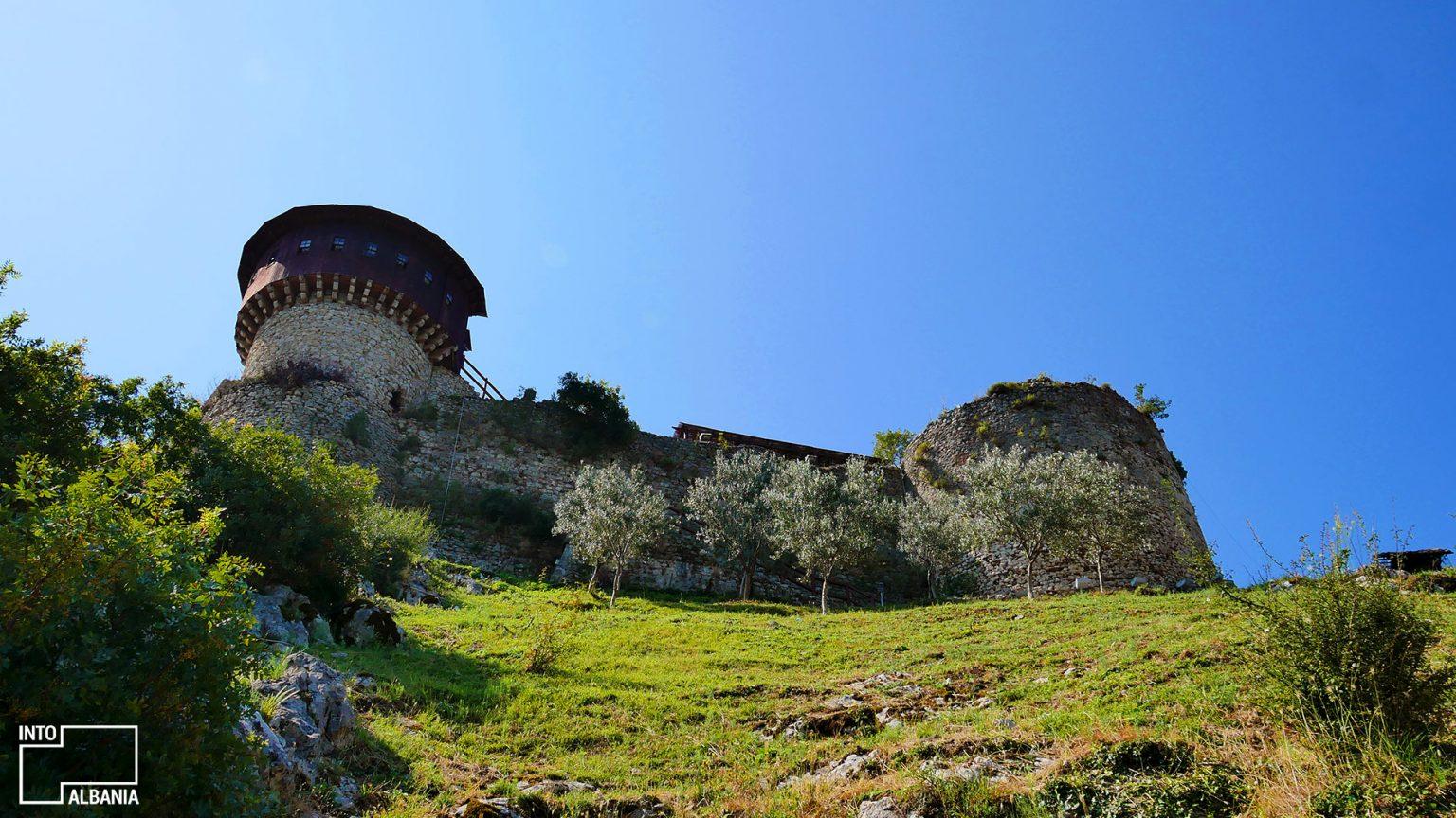 Kalaja e Petrelës në një kodër shkëmbore, Tiranë, foto nga IntoAlbania
