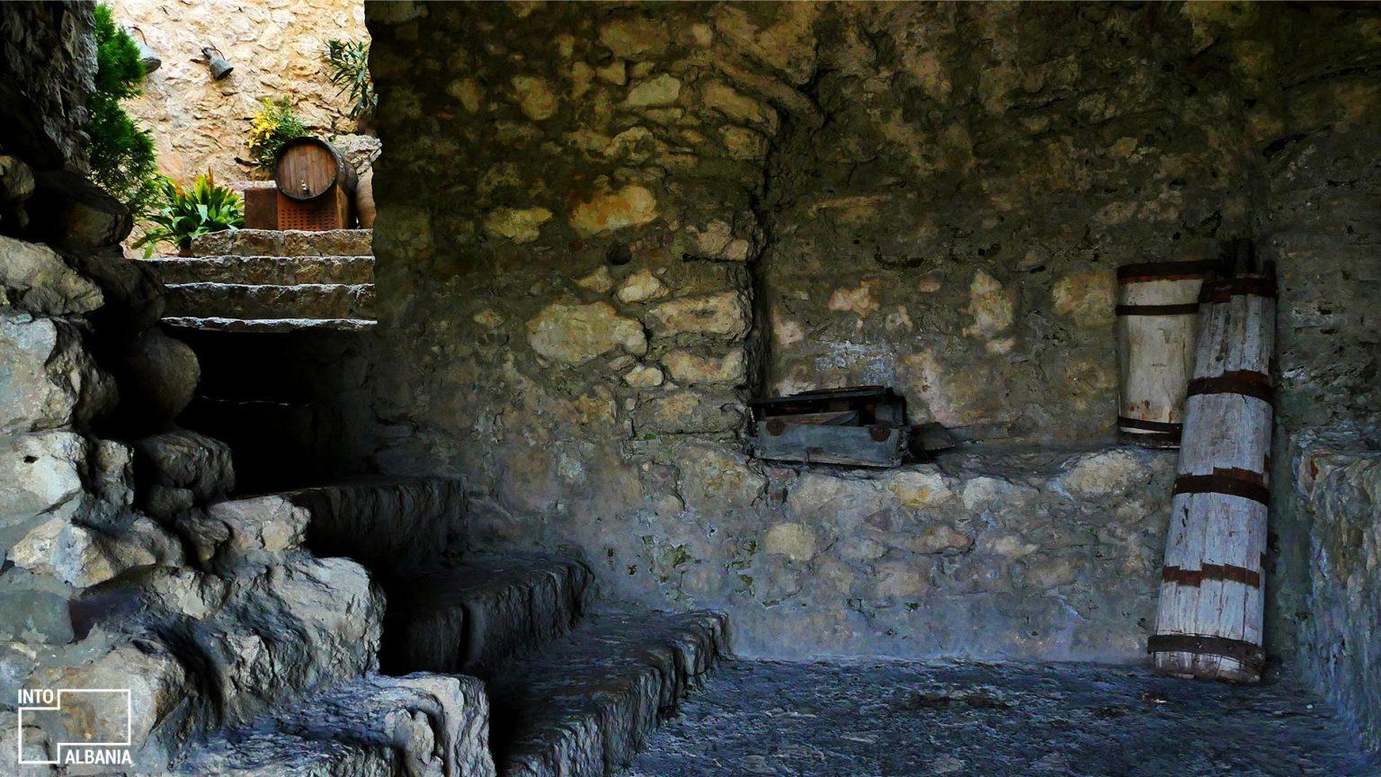 Ambientet e brendshme të Kalasë së Petrelës, Tiranë, foto nga IntoAlbania