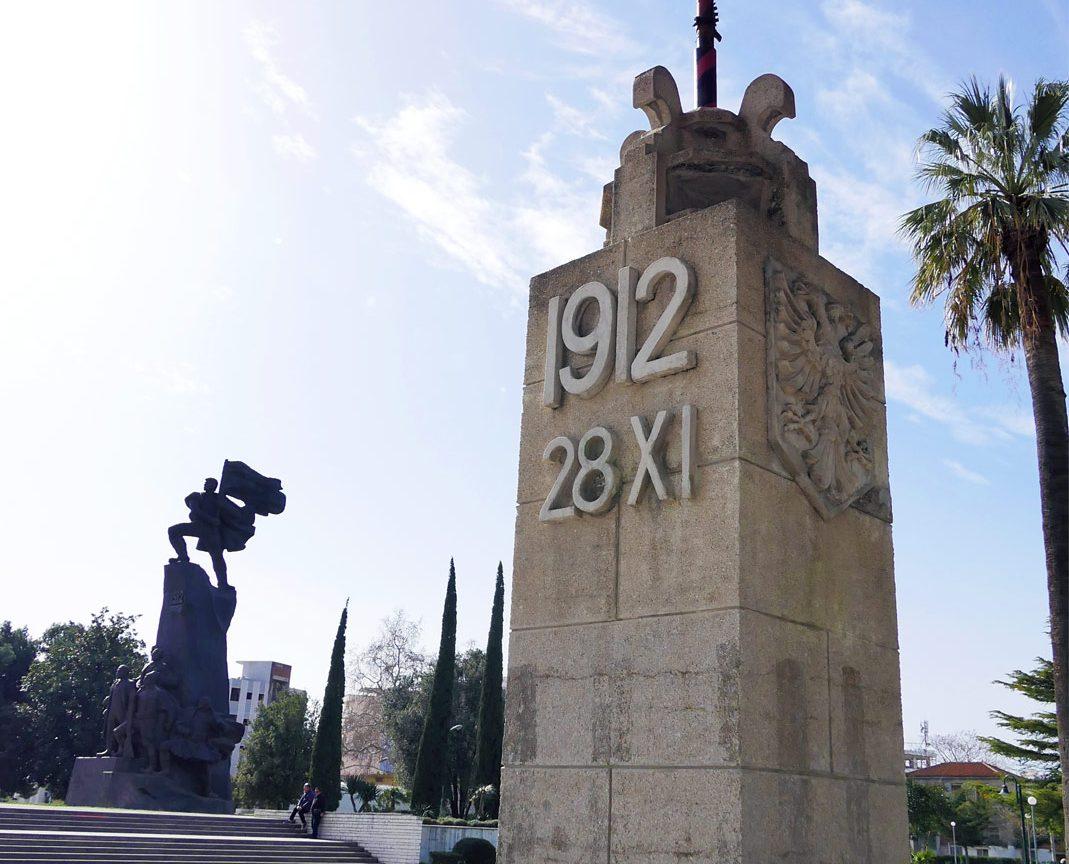 Monumenti Shtiza e Flamurit në Vlorë. Foto nga IntoAlbania.