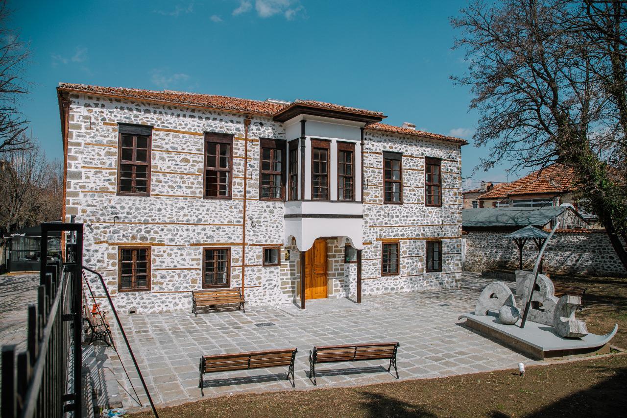 """Muzeu """"Mësonjëtorja e Parë Shqipe"""" - Into Albania"""